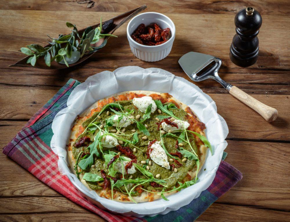 Pizza Margherita cu pesto de spanac, muguri de pin si rosii uscate