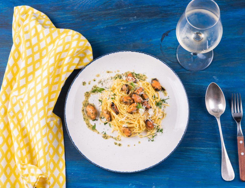 Scoici in sos Provencale si pasta fresca