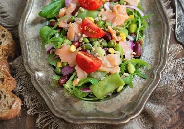 salata-cu-somon-afumat-si-wellness-mix-reteta-p - Copy