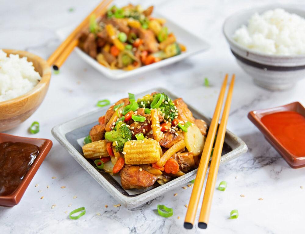 Pui cu legume si sos de soia la wok – reteta
