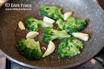 Broccoli-Edenia-in-tigaie-cu-usturoi
